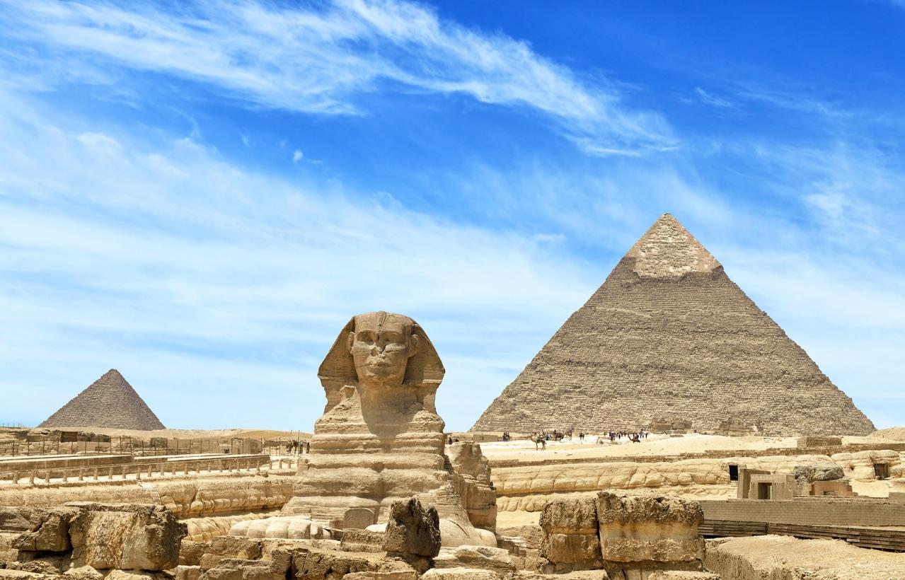 Qui a construit les pyramides?